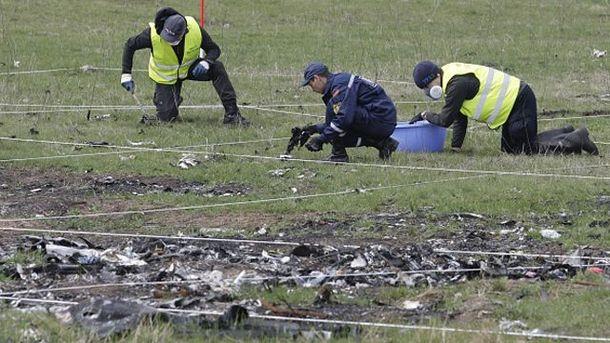 Эксперты работают на месте падения MH17