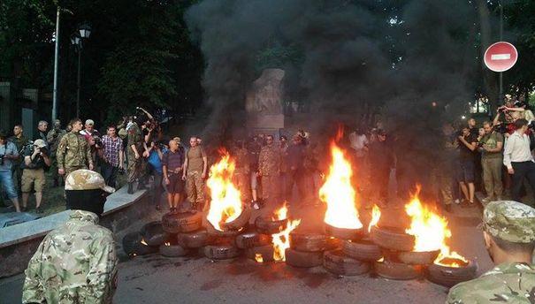 На Грушевского зажгли шины