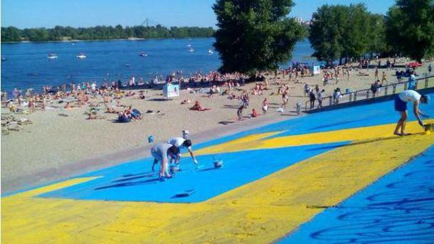 Фото дня: в Киеве рисуют огромный флаг крымских татар