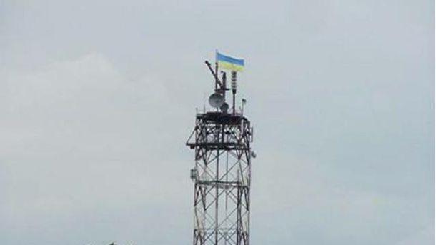 Бойцы АТО подняли сине-желтый флаг