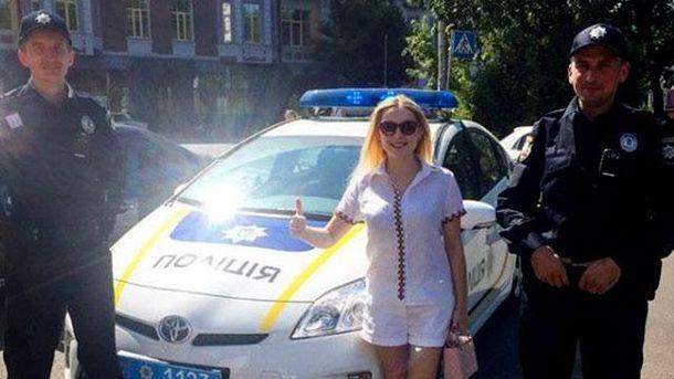 Киянка з поліцейськими