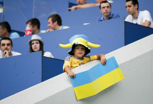 Ребенок с флагом Украины