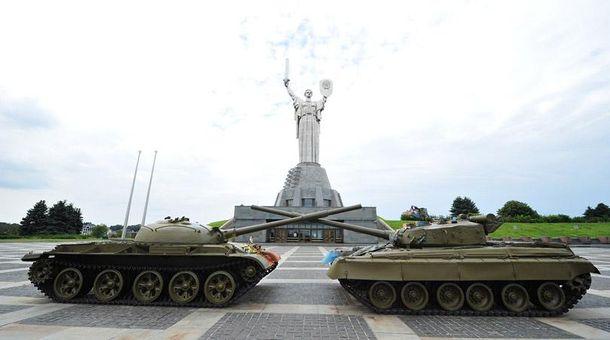 Монумент Батьківщина-мати на території музею