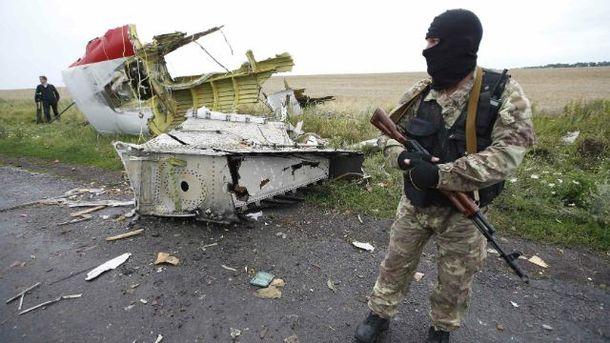 Вооруженный неизвестный на фоне сбитого Boeing-777