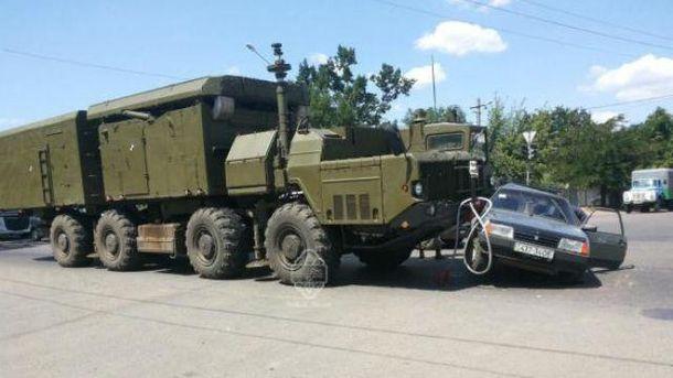 Военный транспорт протаранил легковушку
