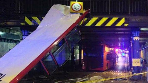 Двухэтажный автобус в Лондоне попал в аварию