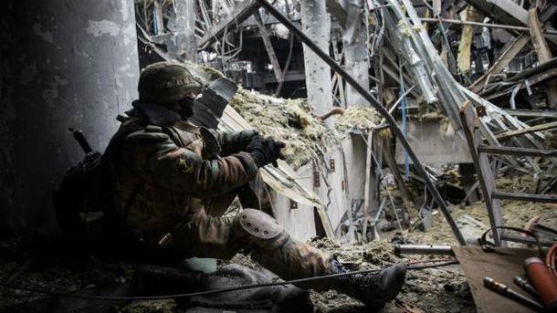 Военный в разрушенном аэропорту Донецка