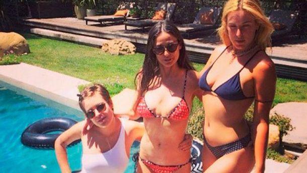 Демі Мур з доньками біля свого басейну