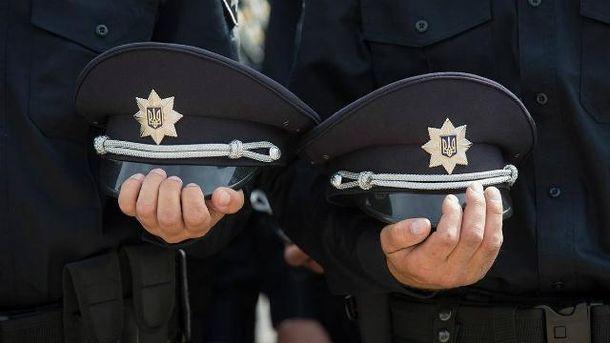 Патрульные полицейские держат фуражки