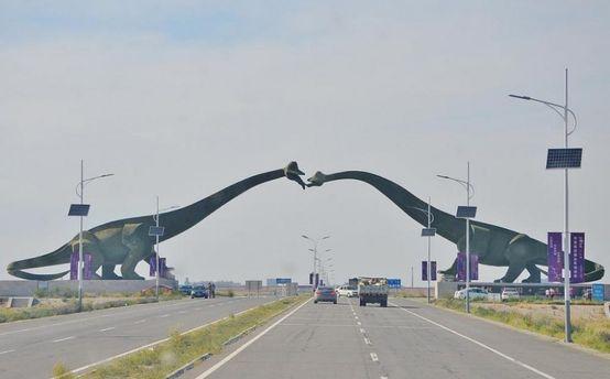 КНР — Монголія. На кордоні - динозаври, які цілуються