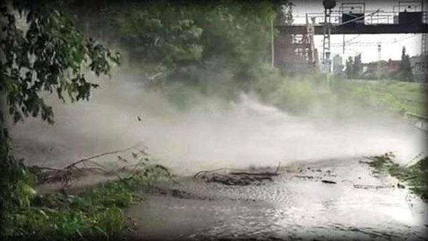 30-метровый фонтан из дерьма заблокировал движение поездов в Перми