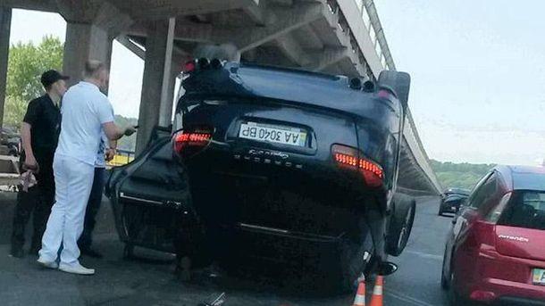 В Киеве перевернулся Porsche Cayenne