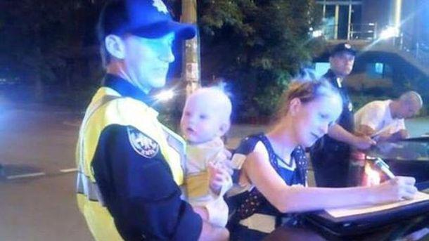 Патрульный с младенцем