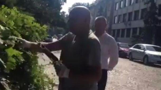 Геннадій Москаль підстригає кущі