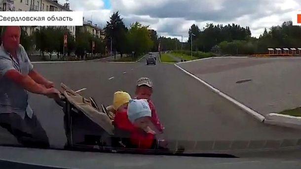 Автомобиль сбил отца с тремя детьми