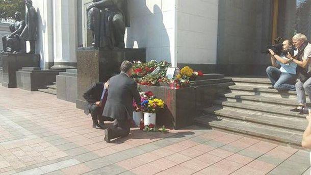 Петр Порошенко возлагает цветы под Радой