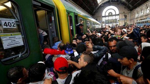 Біженці штурмують потяг в Угорщині