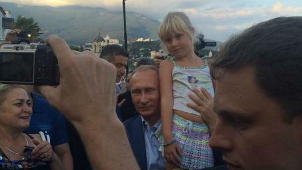 Педофил и бедная девочка: соцсети смеются с очередного фото Путина с ребенком