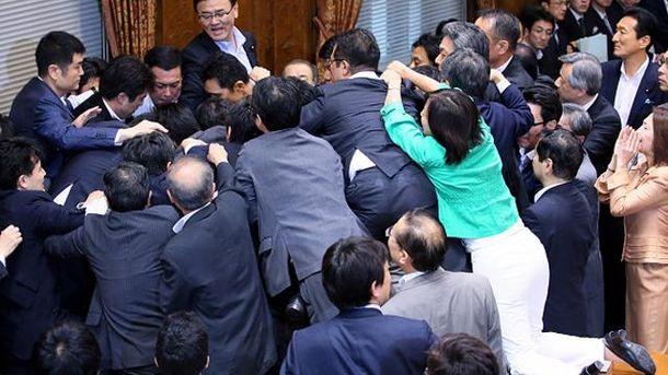 Драка в японском парламенте