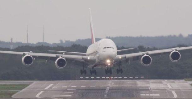 Вітер та дощ в аеропорту можуть спричинити катастрофу