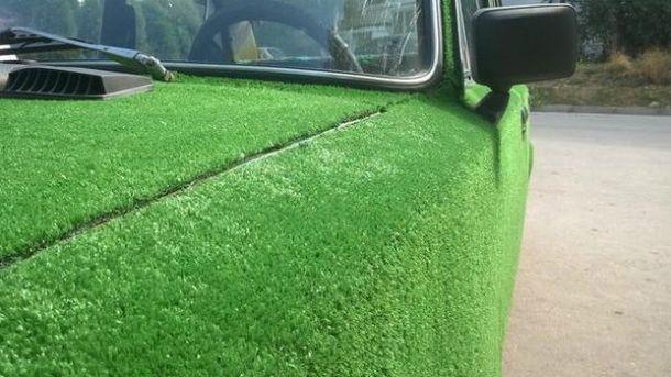 Авто обклеїли килимом