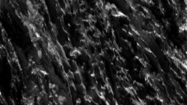 NASA показало фотографії зпрольоту Cassini через гейзери супутника Сатурна