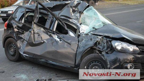БТР зіткнувся злегковим автомобілем уМиколаєві