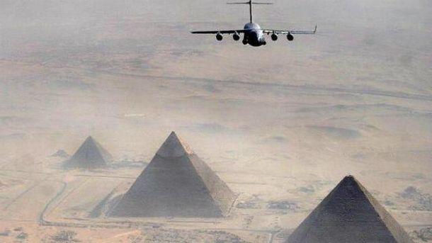 Самолет над египетскими пирамидами