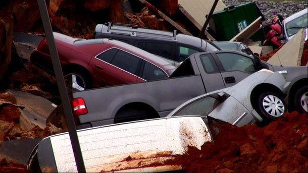 Автомобили провалились под землю