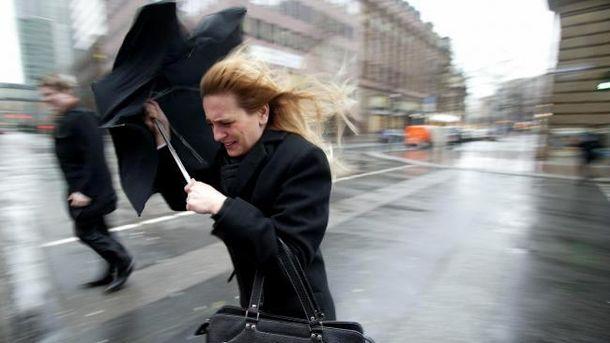 Дует сильный ветер