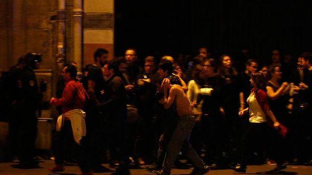 Людей выводят из Bataclan