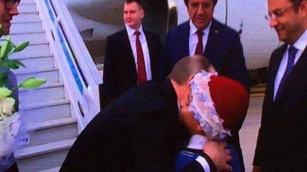 Владимир Путин целует мальчика