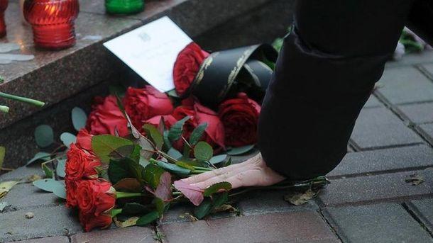 Квіти поблизу посольства Франції у Києві