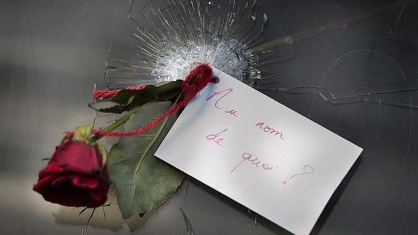 Цветок на месте теракта в Париже