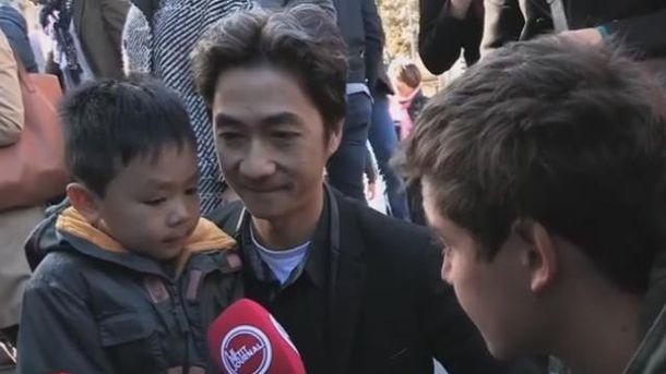 Батько говорить з сином про теракти у Парижі