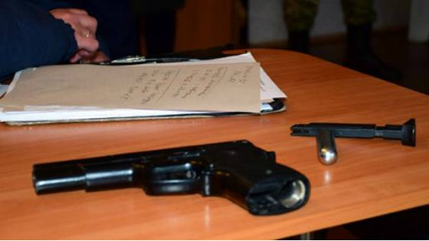 Школьник принес на уроки пистолет