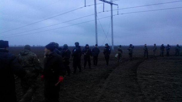 Силивики окружили участников блокады Крыма