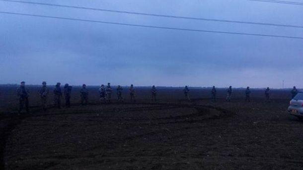 Силовики окружили активистов блокады Крыма