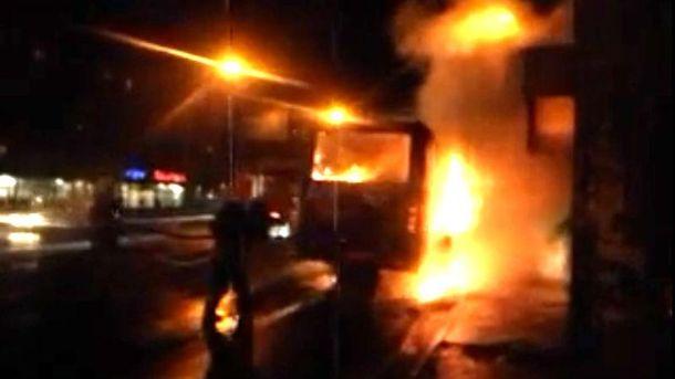 Женщина бросила коктейль Молотова в автобус. Транспорт выгорел дотла