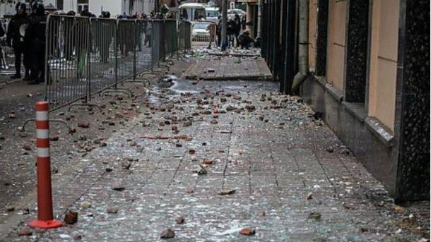 Посольство Турции в Москве забросали камнями