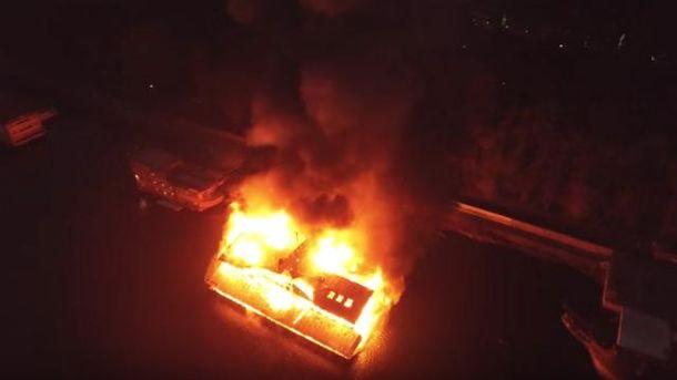 С беспилотника сняли, как сгорел ресторан в Киеве