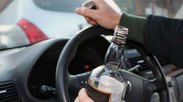 Водитель с бутылкой за рулем
