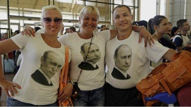 Туристи у футболках з Путіном