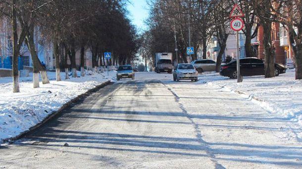 В Полтаве кладут асфальт поверх снега