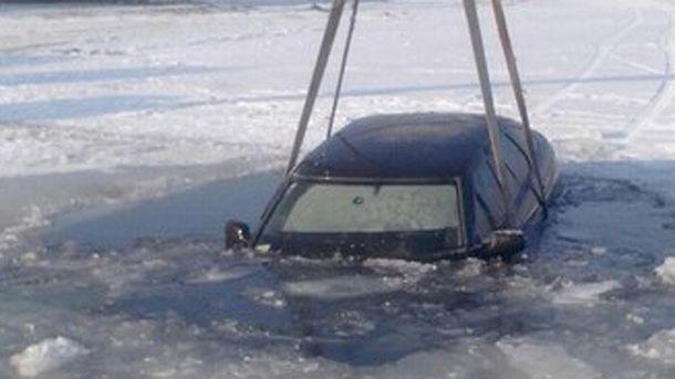 ВЧеркасской области вседорожный автомобиль  провалился под лед
