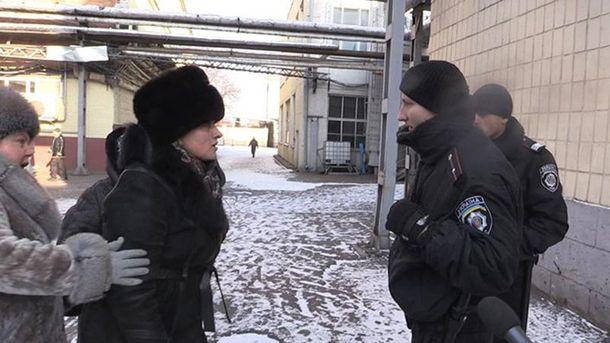 Співробітники фабрики спілкуються з правоохоронцями