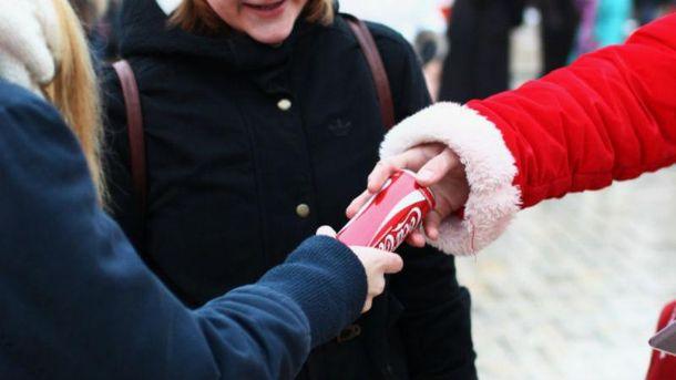 Раздача бесплатной Coca-Cola