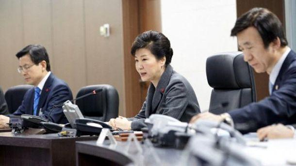 Пак Кын Хе (посередине)
