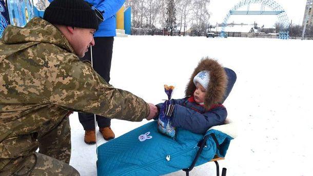 Військові роздали дітям подарунки