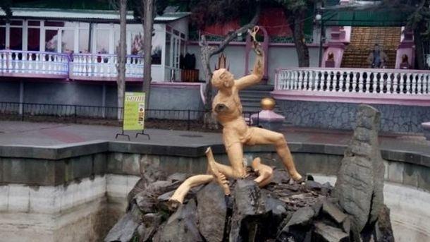 Пошкоджена статуя